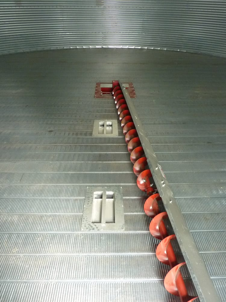 Silo ventilated floor sweep auger